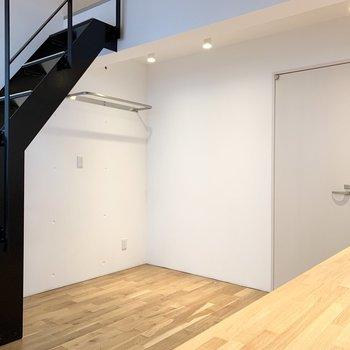 クールな階段に無垢床の温かさのコントラストが素敵。