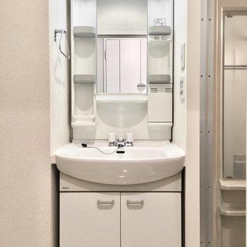 洗面台は収納ポケットたっぷり。(※写真は7階の同間取り別部屋のものです)