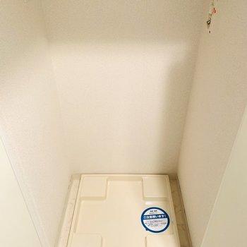 洗濯機置場は玄関入ってすぐ左に。(※写真は2階の同間取り別部屋のものです)