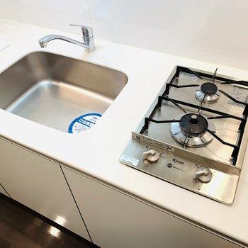 まずはキッチン。デザイン性のあるコンロがツボです。(※写真は2階の同間取り別部屋のものです)