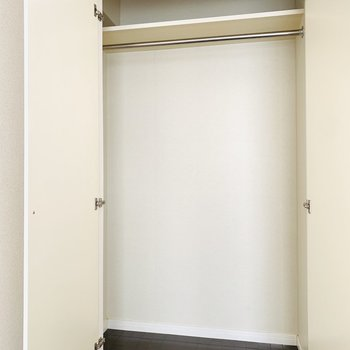 収納はハンガーパイプ付きで背も高め。床にはクリアケースも置けそう。(※写真は2階の同間取り別部屋のものです)