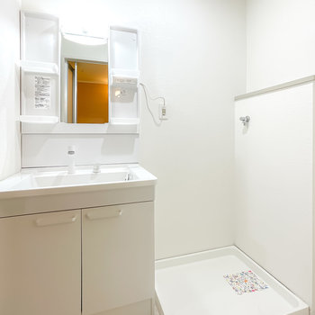 洗面台も新しい物に。洗濯機置場の横には洗剤などを置けそうなちょっとしたスペースも。