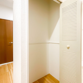 トイレの対面には収納も。掃除道具などを入れておくのにピッタリですね。