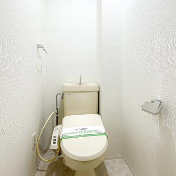 トイレは脱衣所のすぐ近くに。嬉しいウォシュレット付きです。