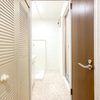 廊下を途中で右に曲がると脱衣所へ。ドアはありませんが代わりにカーテンを設置できます。