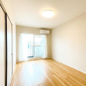【LDK11】室内はリノベーション済み!無垢調の床と薄っすらグレーの壁が気持ち良い◎