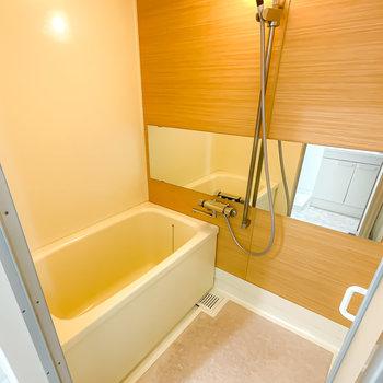 お風呂の機能はシンプルですが、木目調のシートとワイドミラーでゆっくり安らげる雰囲気に。