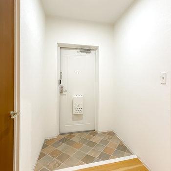 玄関は2人同時に並べるほど広々!靴箱も、好きなデザインの物を選んでいただけます。