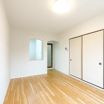 【LDK11】照明は調光調色対応で暖色にも寒色にもできます。お隣には和室も。
