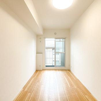 【洋6】縦に長い空間なので、ベッドを置くなら窓に対して横向きにするのが良さそう。