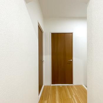 アーチの垂れ壁の向こうには洋室が2つ。まずは左から。