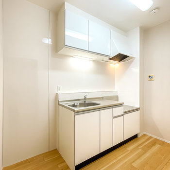 キッチンは比較的新しめ。冷蔵庫などの家電を置けるスペースも広めです。