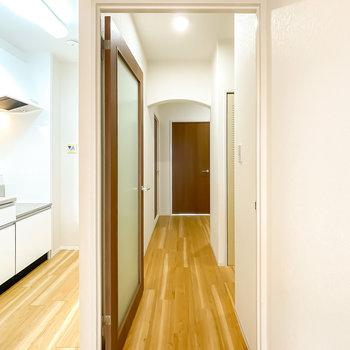 ガラスドアを開けて廊下へ。奥にもアーチの掛かった垂れ壁が!