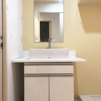 洗面台スタイリッシュだなあ!(※写真は8階の反転間取り別部屋、清掃前のものです)