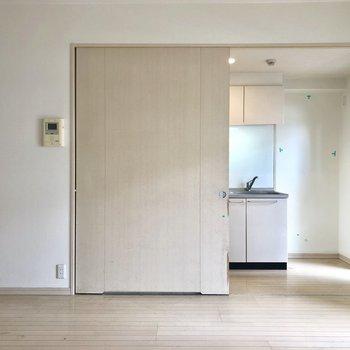 大きな引き戸がお出迎え(※写真は8階の反転間取り別部屋、清掃前のものです)