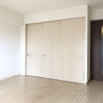 引き戸閉じるとナチュラルな雰囲気(※写真は8階の反転間取り別部屋、清掃前のものです)