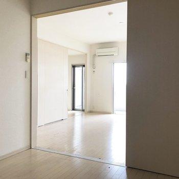 向こうのほうにキッチンスペースが見えます(※写真は8階の反転間取り別部屋、清掃前のものです)