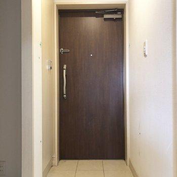 玄関は収納もついてます(※写真は8階の反転間取り別部屋、清掃前のものです)