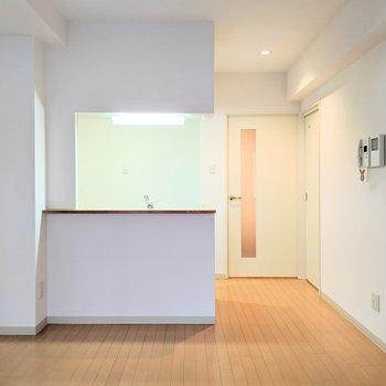 【リビング】キッチンは開放型。明るく料理をすることができます。