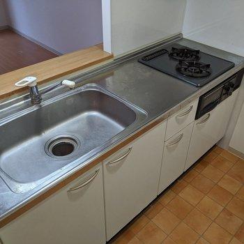 【キッチン】すぐに料理ができる便利なシステムキッチンです〜。