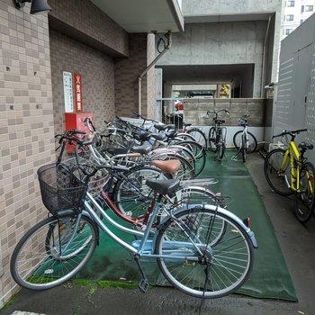 駐輪場は駐車場の奥にあります。