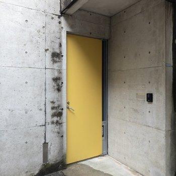 特徴的な黄色の玄関ドアです。