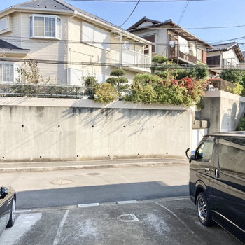 【洋室】小窓からは敷地内駐車場が見えています。※写真は前回募集時のもの