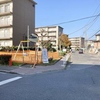 周辺は団地も広がる閑静な住宅街です。