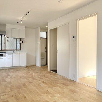 【LDK】キッチンまですっと伸びる無垢床が気持ちいい。※写真は前回募集時のもの