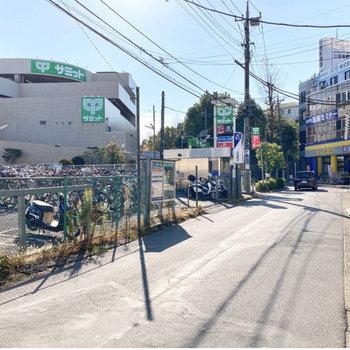 駅前は大きなショッピングモールもあり賑わっていますよ。