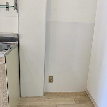 キッチンのすぐ横に冷蔵庫置き場があります