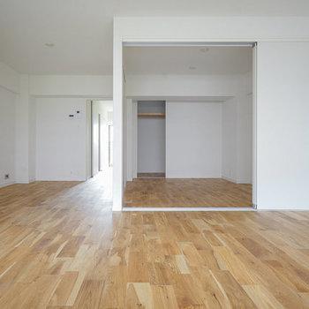 【完成イメージ】窓側から振り返ると左手から洋室に繋がっています。