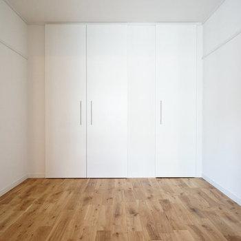 【完成イメージ】6.1帖の洋室は寝室として。大きなベッドを置いてもゆったりなスペース感。