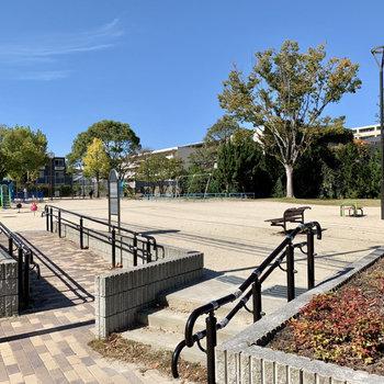近くには子供の遊び場に丁度いい公園が!