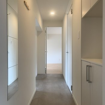 【完成イメージ】玄関を開けるとグレイッシュな空間が広がっています。
