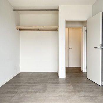 【完成イメージ】5.8帖の洋室はグレーのフロアタイルで落ち着いたイメージに。仕事部屋にもピッタリそう!
