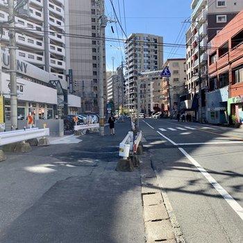 山荘通りまで出ると24時間営業のスーパーもあります。博多までのバスはこの通りから!