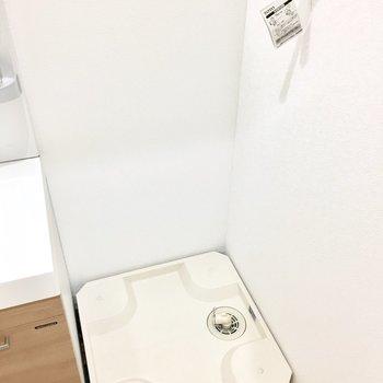 洗濯パンは洗面台横に。※写真は反転間取り別部屋のものです