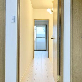 廊下を挟んで向かいのお部屋へ