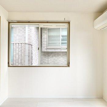 【洋室①】まずはベランダ側の洋室へ