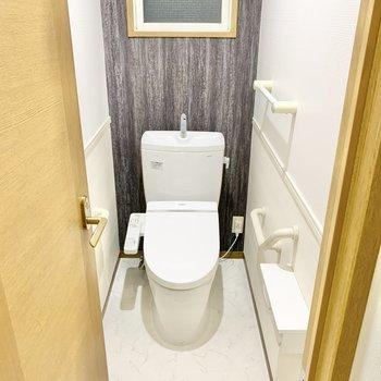 トイレも温水洗浄便座付きです