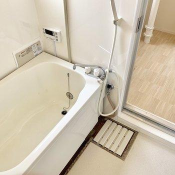 お風呂は少しレトロですが、自動お湯はりの機能が付いていましたよ!