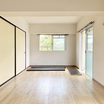 さらに角部屋の特権、側面にも窓が!グリーンが見えて気持ちいいです(※写真は棚設置作業中のものです)