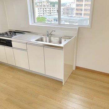 お次は水回りを見ていきましょう。キッチンは3口コンロにグリル付き!!