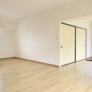 キッチンまわりにゆとりがあるので家電もたっぷり置けます、右の引き戸を開けると…