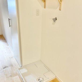 浴室の前に洗濯機置き場があります。