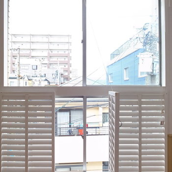 こちらの窓は、こうやって足元を開くことができます。