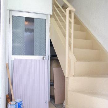 【共用部】ビルのドアを開けたところ。お部屋までは階段で。