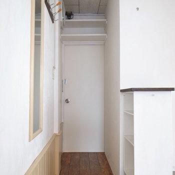 玄関のたたきに注目!あたたかみのある木材が使われています。