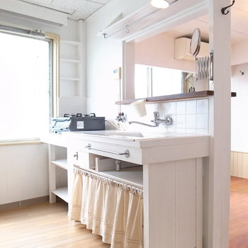 DKのカウンターキッチンは手作り感たっぷり。収納設備に、身支度で使える鏡もついています!